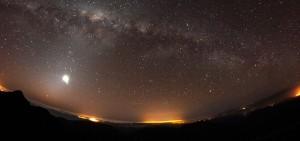 Resplandor luminoso nocturno de municipios ubicados a más de 50Km del espectacular cielo nocturno de Cerro Tololo y Cerro Pachón (Chile). La contaminación lumínica NO es un problema local sino global.