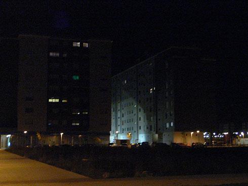 Intrusión de luz artificial de la calle en las viviendas generando afección a las personas.