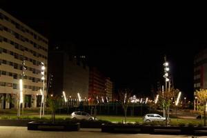 Luminarias no eficientes que generan sobreiluminación y contaminación lumínica en el entorno y las fachadas.