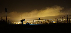 Midiendo la contaminación lumínica con ASTMON en una gran ciudad pero lejos de las fuentes de luz. Se observa el color anaranjado de las nubes característico de las instalaciones de alumbrado exterior. No fue posible terminar las medidas por la presencia de nubes, ya que éstas  amplifican el valor de la contaminación lumínica.